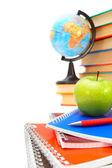 Regreso a la escuela. el globo, una manzana y libros sobre un fondo blanco. — Foto de Stock