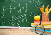 Lupe, apfel und schule-zubehör — Stockfoto