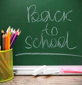 Zpátky do školy. tužky v košíku proti školní rada. — Stock fotografie
