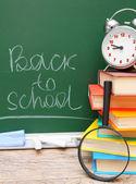 Powrót do szkoły. budzik i akcesoria szkoły przed kuratorium. — Zdjęcie stockowe