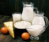 Produits laitiers sur fond en bois. — Photo