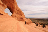 Middle-Aged Man Hiking Near Looking Glass Arch — Stock Photo