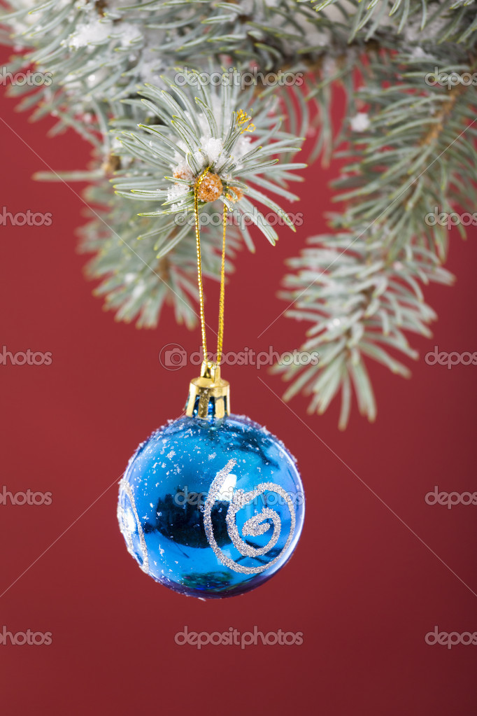 Blue bauble hanging on Christmas tree over red background. — Stock Photo #16792309