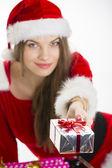 Meisje aanbod kerstcadeau — Stockfoto
