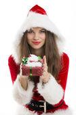 Santa girll tutan bir hediye kutusu — Stok fotoğraf