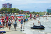 Tourists on Mamaia beach — Stock Photo