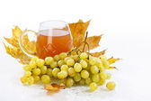 Glass of wine with grapes and leaves — Foto Stock