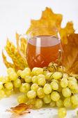 Kieliszek wina z winogron i liści — Zdjęcie stockowe