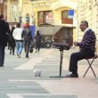 Busker playing the cimbalom — Stock Video
