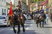 всадник держит флаг во время парада juni брашов — Стоковое фото