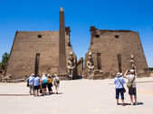 Tourists at the Entrance to Luxor Temple, Egypt — Stock Photo