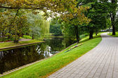 Summer city park with river — Stockfoto