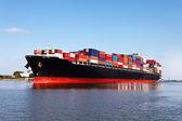 грузовое судно в порту — Стоковое фото