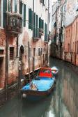 небольшой канал в венеции — Стоковое фото