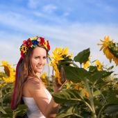 Beautiful young woman at sunflower field — Stok fotoğraf