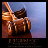 "Houten hamer en woorden ""judgement"" plus definitie — Stockfoto"