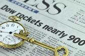 Zegarek kieszonkowy i klucz do koszmaru — Zdjęcie stockowe