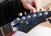 Tuning an electric guitar — Stock Photo
