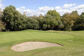 Golfplatz grüner und blauer himmel mit wolken — Stockfoto