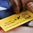Yellow playing card with gavel atop US flag — Stock fotografie