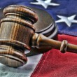 Foto Stock: Wooden judge's gavel and Americflag