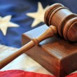 Foto Stock: Wooden gavel and Americflag