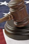 Σφυρί δικαστές και την αμερικανική σημαία — Φωτογραφία Αρχείου