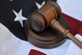 アメリカの国旗と司法のシンボル — ストック写真