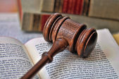 Gavel atop literature — Stockfoto
