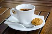 Biała filiżanka do kawy z ciastek — Zdjęcie stockowe
