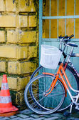 Two old bicycles standing near the wall — 图库照片
