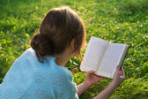 Young beautiful girl reading a book in the park — Stock Photo