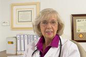 Kadın doktor şüpheci görünüyor — Stok fotoğraf