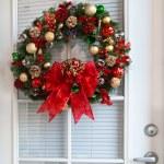 Christmas Wreath on Door — Stock Photo #9376351