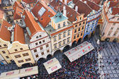 PRAGUA, CZECH REPUBLIC- October, 10: Tourists on the Old Town Square in the center, Prague, Czech republic on October,10,2013. One of the main attractions of Prague — Stock Photo