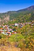 горной деревни педулас, кипр. вид на крыши домов, гор и большая церковь святого креста — Стоковое фото