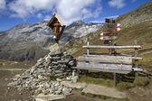 Edicola e panca in montagna — Foto Stock