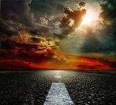 Yol asfalt ve gökyüzü. sığ derinlik-in tarla — Stok fotoğraf
