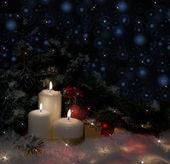Arbre de noël avec des bougies dans la neige — Photo