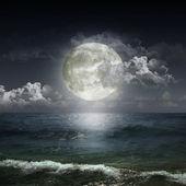 Cielo nuvoloso ght con luna — Foto Stock