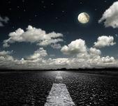 Carretera asfaltada nubes y luna — Foto de Stock