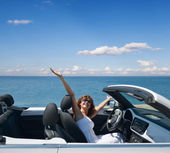 Žena v bílém kabrioletu — Stock fotografie