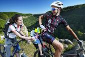 Radfahren familienurlaub in den bergen — Stockfoto