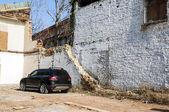 Vehículo en una casa de abandonated — Foto de Stock
