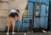 Bucharest, Romania - June 29, 2013: A young graffiti artist dur — Стоковое фото
