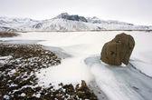 Roca en la nieve — Foto de Stock