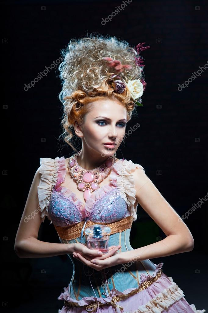 Beautiful showgirl with floral perfume — Photo #14101728