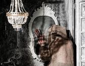 使用镜像的鬼 — 图库照片
