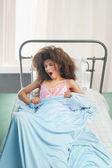Flicka i sängen — Stockfoto