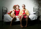 Funny couple on the bed — Stockfoto